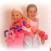 2 giechelende meisjes met balloncreaties
