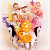 4 kids met een heleboel ballonknutsels