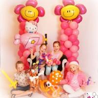4 kids met een heleboel ballonknutsels (blij)