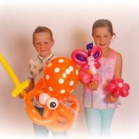 jongen en meisje met ballonfiguren